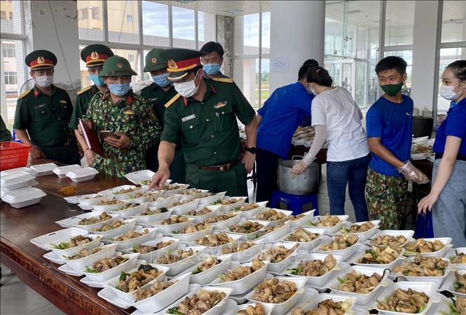 Thượng tá Ngô Nam Cường, Chỉ huy trưởng Bộ Chỉ huy Quân sự tỉnh Thừa Thiên - Huế kiểm tra công tác hậu cần tại Khu cách ly T3.