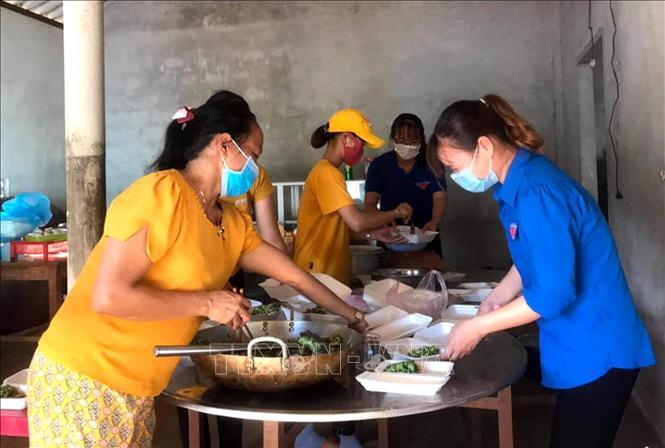 Đoàn Thanh niên và Hội Phụ nữ xã Vĩnh Hòa chuẩn bị những suất ăn, hỗ trợ lực lượng làm nhiệm vụ phong tỏa thôn Đơn Duệ. Ảnh: TTXVN phát