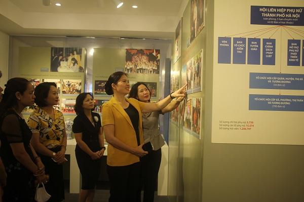 Các đại biểu thăm quan phòng truyền thống Hội LHPN Hà Nội