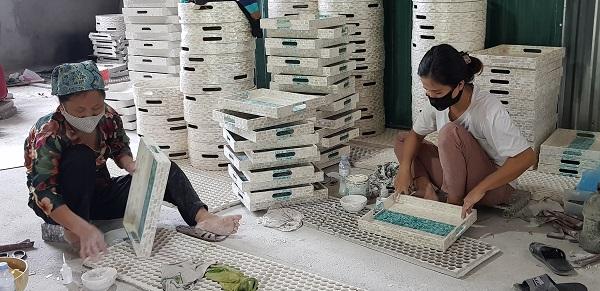 Người lao động đang hoàn thiện sản phẩm tại Cơ sở sản xuất Hà Soi, thôn Bối Khê, xã Chuyên Mỹ, Phú Xuyên