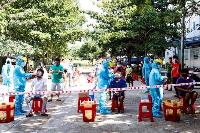 Lực lượng y tế TP Đà Nẵng lấy mẫu xét nghiệm virus SARS-CoV-2 tại các địa bàn có nguy cơ lây nhiễm cao (Ảnh: ĐT)