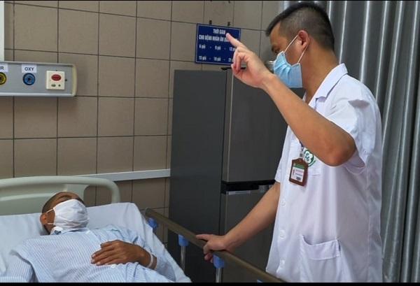 Bác sĩ Trung tâm Chống độc - BV Bạch Mai thăm khám cho bệnh nhân ngộ độc methanol.