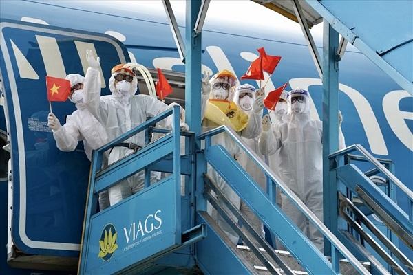 Công dân Việt Nam từ Guinea Xích đạo với niềm vui trở về quê hương.