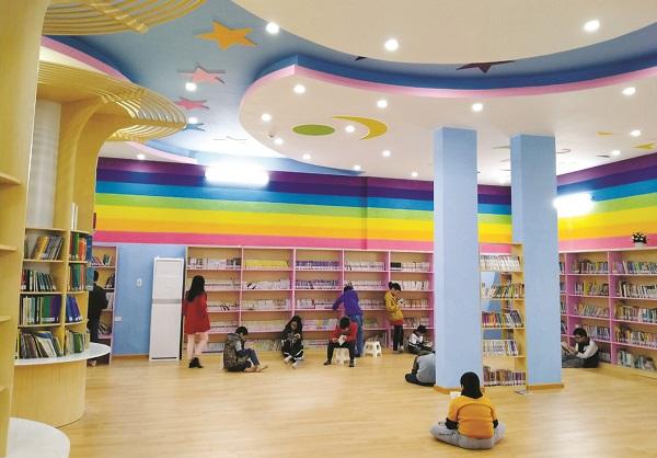 Các độc giả nhí đang đọc sách tại phòng đọc thiếu nhi, Thư viện Hà Nội