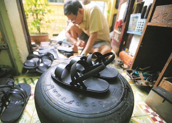 Nghệ nhân Phạm Quang Xuân  và sản phẩm dép lốp thủ công  đặc trưng của người Việt