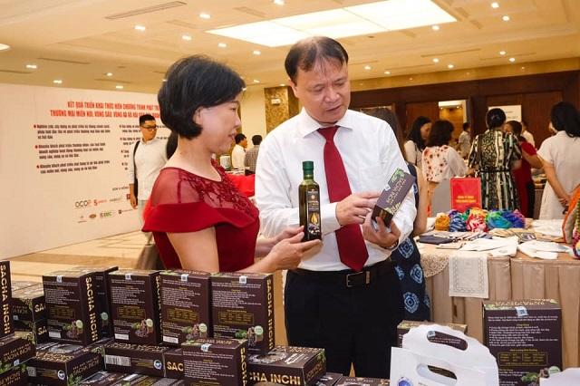 Thứ trưởng Bộ Công Thương Đỗ Thắng Hải thăm quan các gian trưng bày hàng Việt.