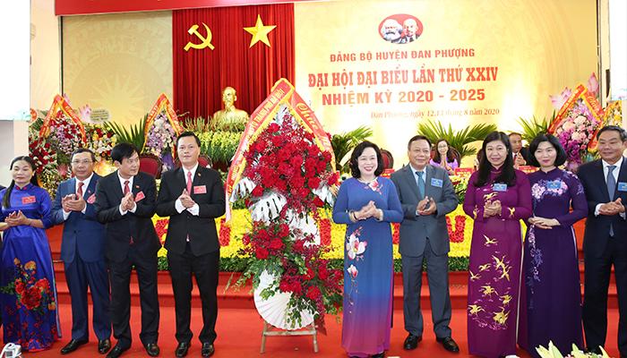 Phó Bí thư Thường trực Thành ủy Ngô Thị Thanh Hằng tặng hoa chúc mừng Đại hội