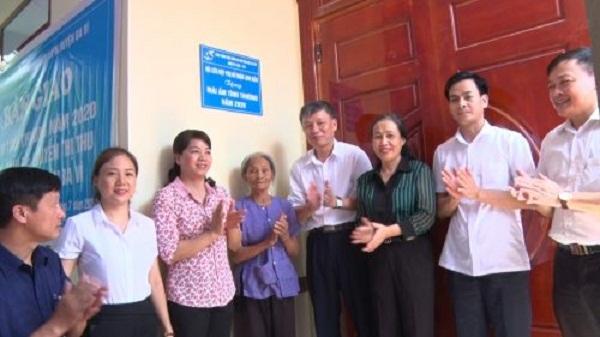 Hội LHPN huyện Ba Vì  và Hội LHPN quận Long Biên trao nhà cho gia đình chị Nguyễn Thị Thu