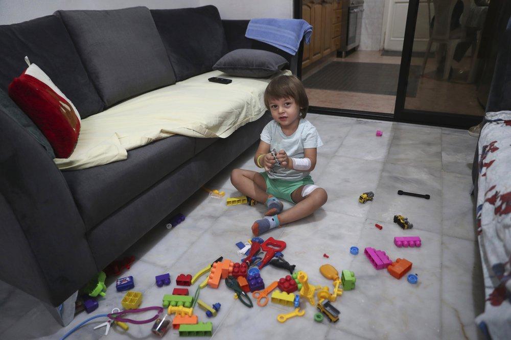 Cậu bé bị thương do mảnh kính văng trong lúc đang chơi ở nhà