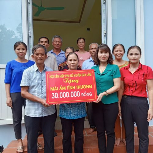Hội LHPN huyện Gia Lâm bàn giao nhà cho gia đình chị chị Vũ Thị Tuyên
