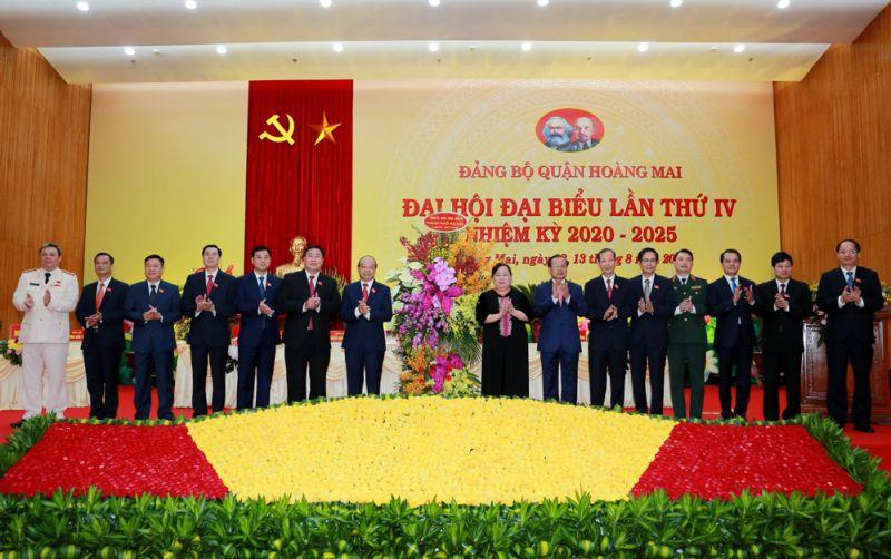 Các đồng chí lãnh đạo, nguyên lãnh đạo thành phố tặng hoa chúc mừng đại hội.