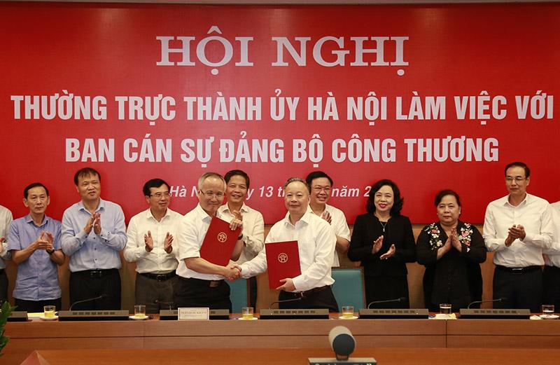 Đại diện lãnh đạo TP Hà Nội và Bộ Công Thương ký kết Quy chế phối hợp trong giai đoạn tiếp theo.