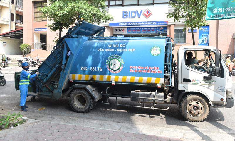 Xe thu gom rác thải sinh hoạt trong khu dân cư trên địa bàn phường Láng Hạ, quận Đống Đa. Ảnh: Phạm Hùng