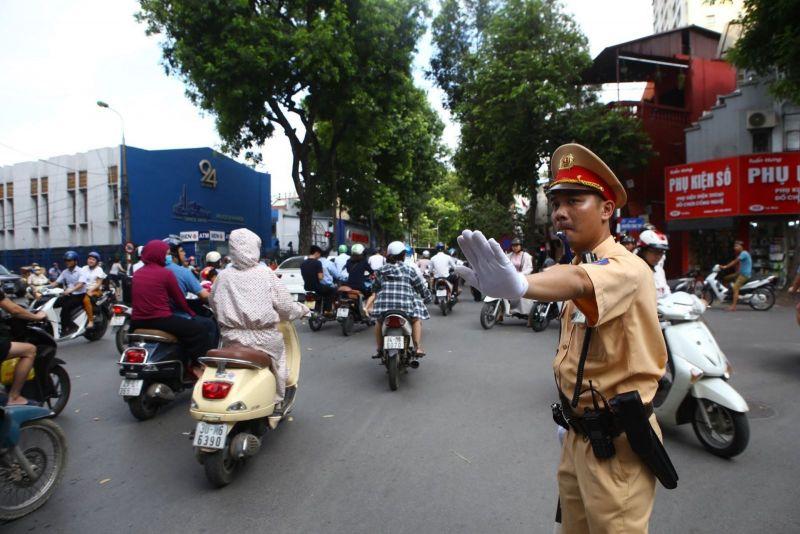 CSGT Hà Nội làm nhiệm vụ phân luồng giao thông. Ảnh minh họa: Minh Quyết/TTXVN.