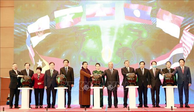 Chủ tịch Quốc hội Nguyễn Thị Kim Ngân và các đại biểu nhấn nút khai trương Trang thông tin điện tử của Năm Chủ tịch AIPA 2020 và Đại hội đồng Liên nghị viện Hiệp hội các nước Đông Nam Á lần thứ 41. Ảnh: Trọng Đức - TTXVN.