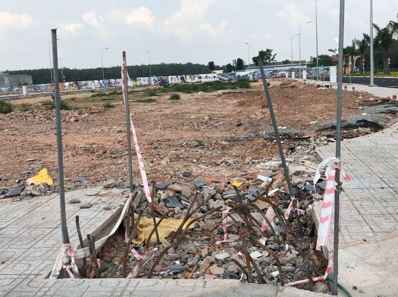 Dự án Victory City nằm giữa rừng cao su, dân cư tại khu vực xung quanh thì thưa thớt, bên trong dự án có một vài công nhân và xe múc đang làm hạ tầng, nhiều hạng mục còn nham nhở…