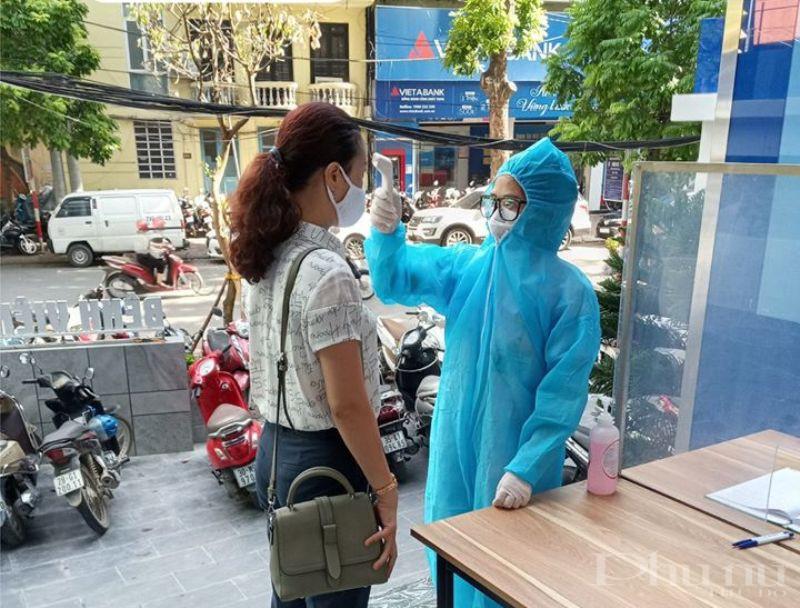 Bệnh nhân tới khám tại BV Đa khoa Hà Nội được kiểm tra nhiệt độ, sàng lọc y tế cẩn thận.