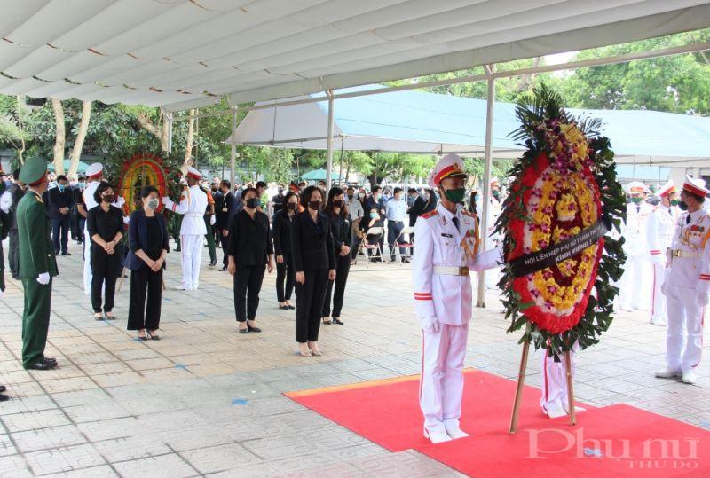 Đoàn Hội LHPN Hà Nội do đồng chí Lê Kim Anh dẫn đầu vào viếng nguyên Tổng Bí thư Lê Khả Phiêu.