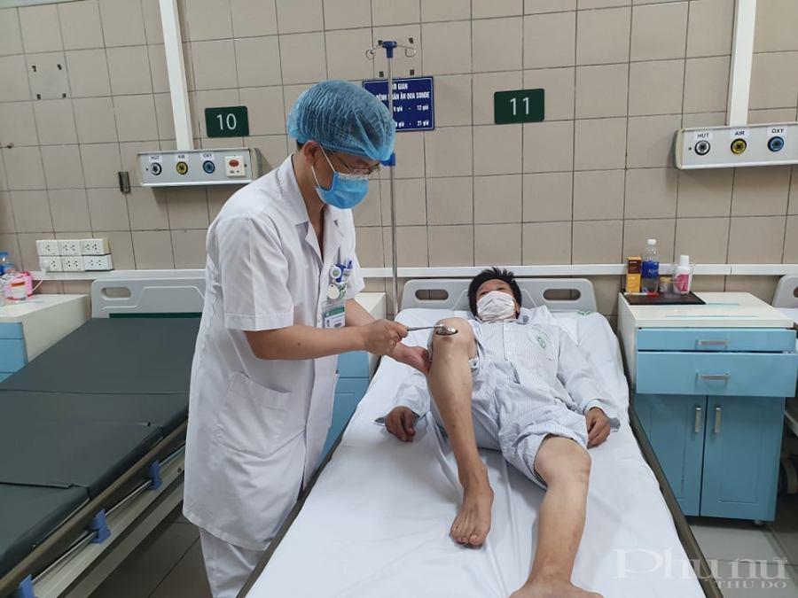 Bác sĩ Trung tâm Chống độc - BV Bạch Mai thăm khám cho bệnh nhân.