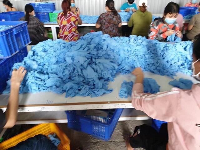Cục Quản lý thị trường tỉnh BÌnh Dương vừa phát hiện cơ sở tái chế 2 triệu bao tay đã qua sử dụng.