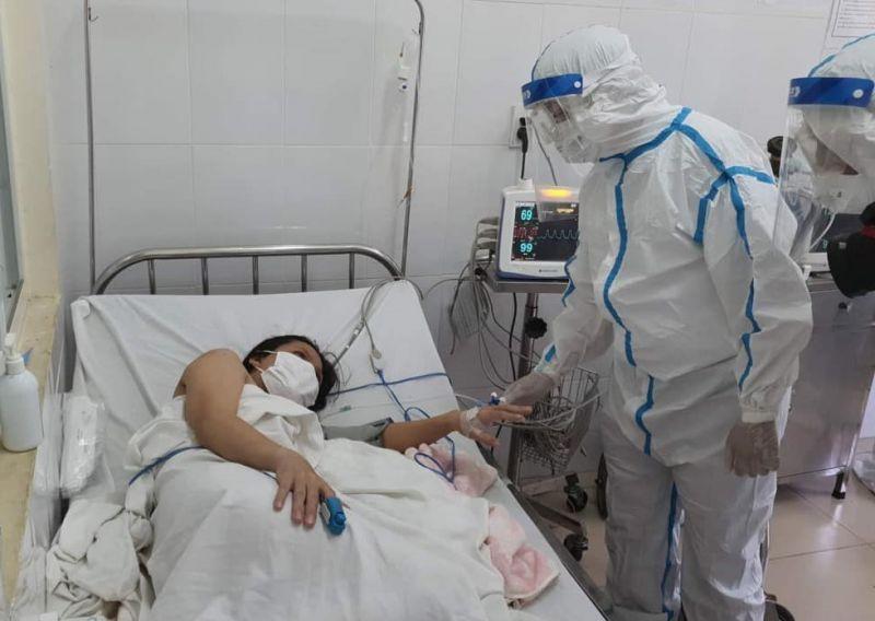 Bác sĩ Nguyễn Trọng Khoa thăm hỏi sản phụ.