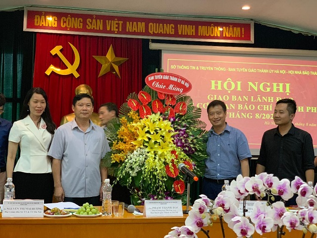 Đồng chí Phạm Thanh Trưởng ban thường trực Ban Tuyên giáo Thành ủy Hà Nội tặng hoa chúc mừng ngày thành lập Báo An ninh Thủ đô và ngày Truyền thống lực lượng công an nhân dân.