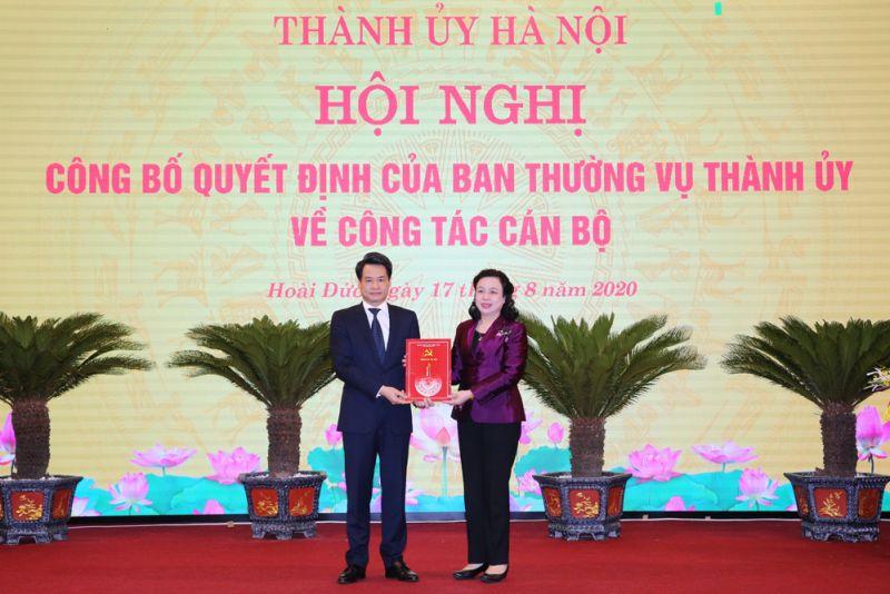 Phó Bí thư Thường trực Thành ủy Ngô Thị Thanh Hằng trao quyết định cho đồng chí Nguyễn Quang Đức tại Huyện ủy Hoài Đức.