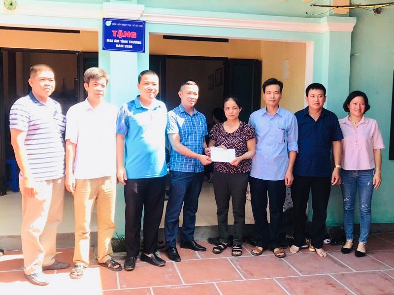 Các đồng chí đại diện Đảng ủy - HĐND - UBND - UBMTTQ và Hội đoàn thể xã Tả Thanh Oai tặng quà hội viên Lê Thị Thúy