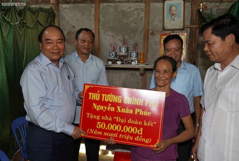 """Thủ tướng Nguyễn Xuân Phúc thăm hỏi, trao tặng 2 nhà """"Đại đoàn kết"""" cho hộ nghèo, hộ gia đình chính sách của tỉnh Bắc Kạn, ngày 24/08/2019. Ảnh VGP"""