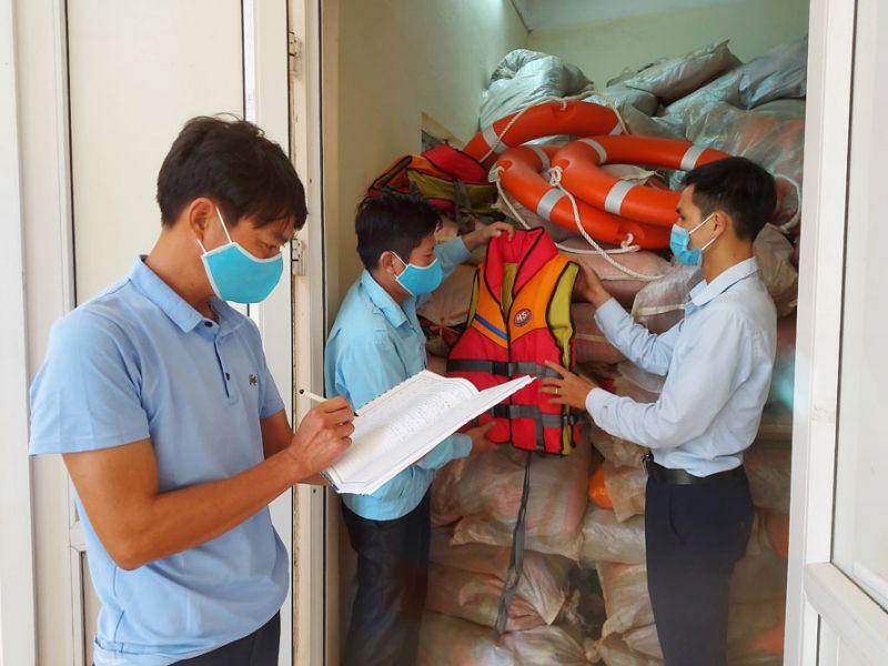 Lực lượng chức năng huyện Phúc Thọ kiểm tra chất lượng vật tư phục vụ công tác phòng, chống thiên tai.