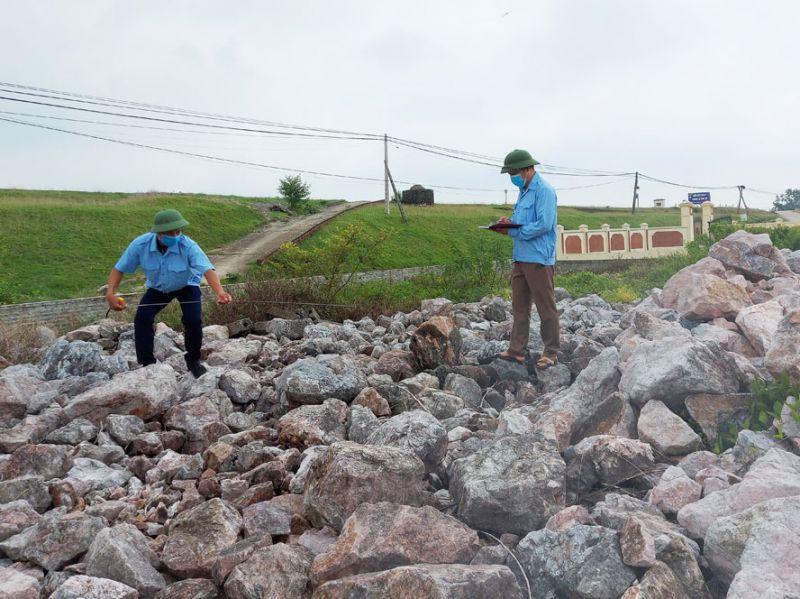 Cán bộ huyện Ba Vì kiểm tra khối lượng, chất lượng vật tư phục vụ công tác hộ đê.