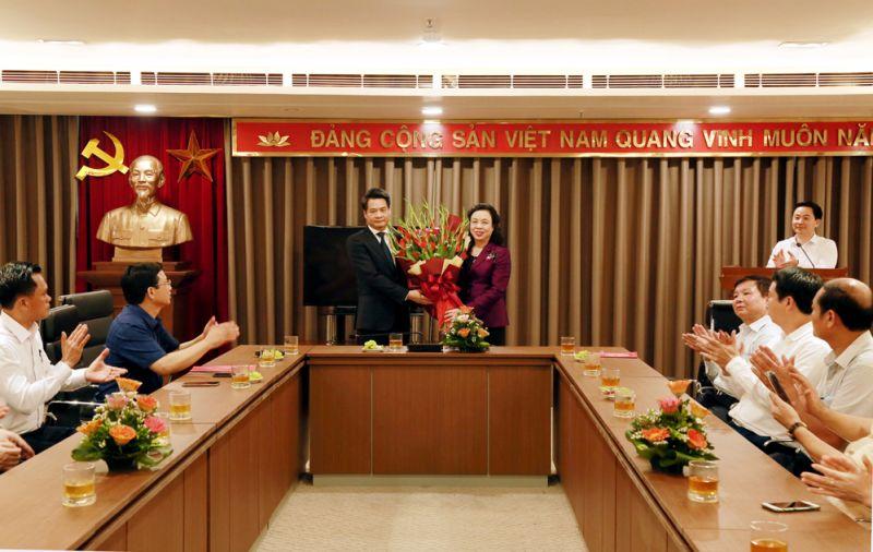 Phó Bí thư Thường trực Thành ủy Hà Nội Ngô Thị Thanh Hằng tặng hoa chúc mừng đồng chí Nguyễn Quang Đức tại Ban Nội chính Thành ủy.