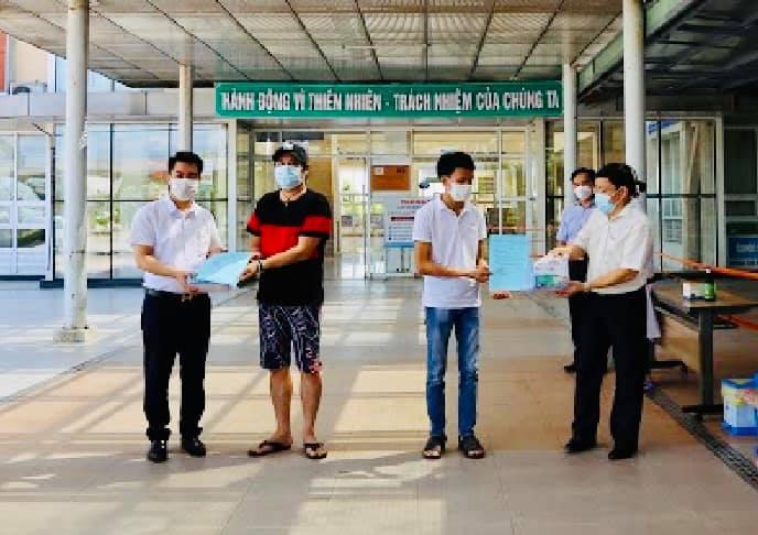 Hai bệnh nhân nam được công bố khỏi bệnh sáng nay tại BVĐK TW Quảng Nam.
