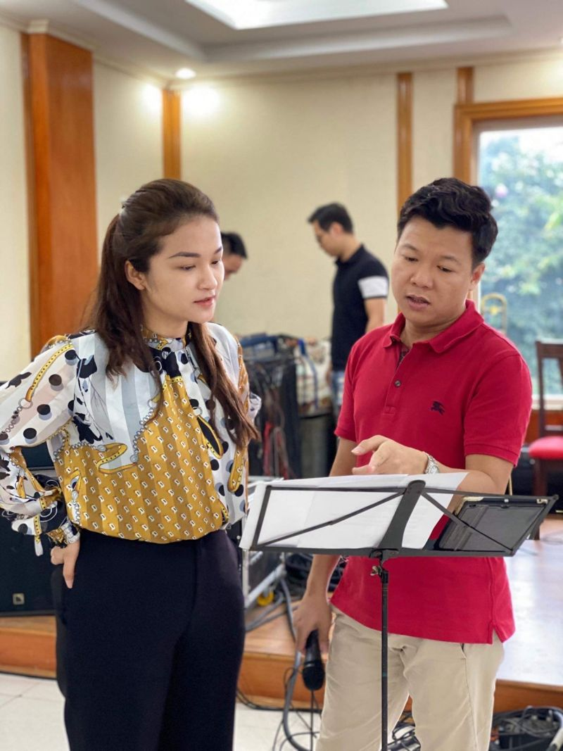 Quán quân Sao mai Đỗ Tố Hoa và ca sĩ Vũ Thắng Lợi tích cực tập luyện cho chương trình