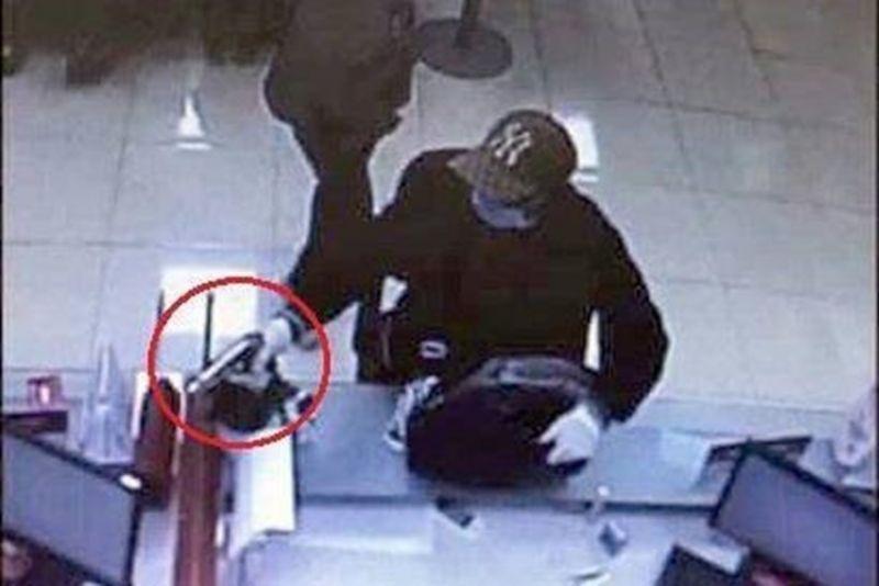 Camera ghi lại hình ảnh Trung cầm súng, yêu cầu nhân viên ngân hàng đưa tiền
