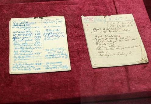 Lần đầu tiên, tại Trưng bày giới thiệu hai cuốn sổ tay ghi chép các công việc của Chủ tịch Hồ Chí Minh từ 2/9/1945 đến 17/10/1945. Ảnh: VGP/Nhật Nam