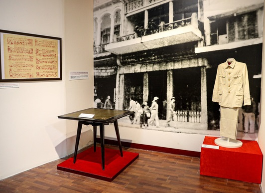 Bộ trang phục và bàn làm việc của Bác Hồ tại Trưng bày chuyên đề