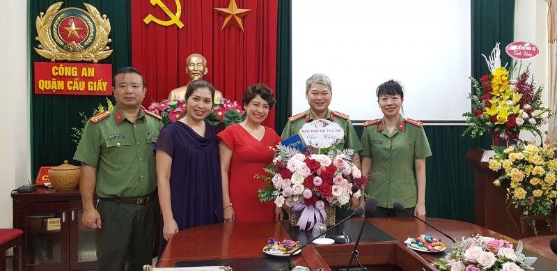 Ban biên tập Báo Phụ nữ Thủ đô chúc mừng cán bộ, chiến sĩ công an Quận Cầu Giấy.