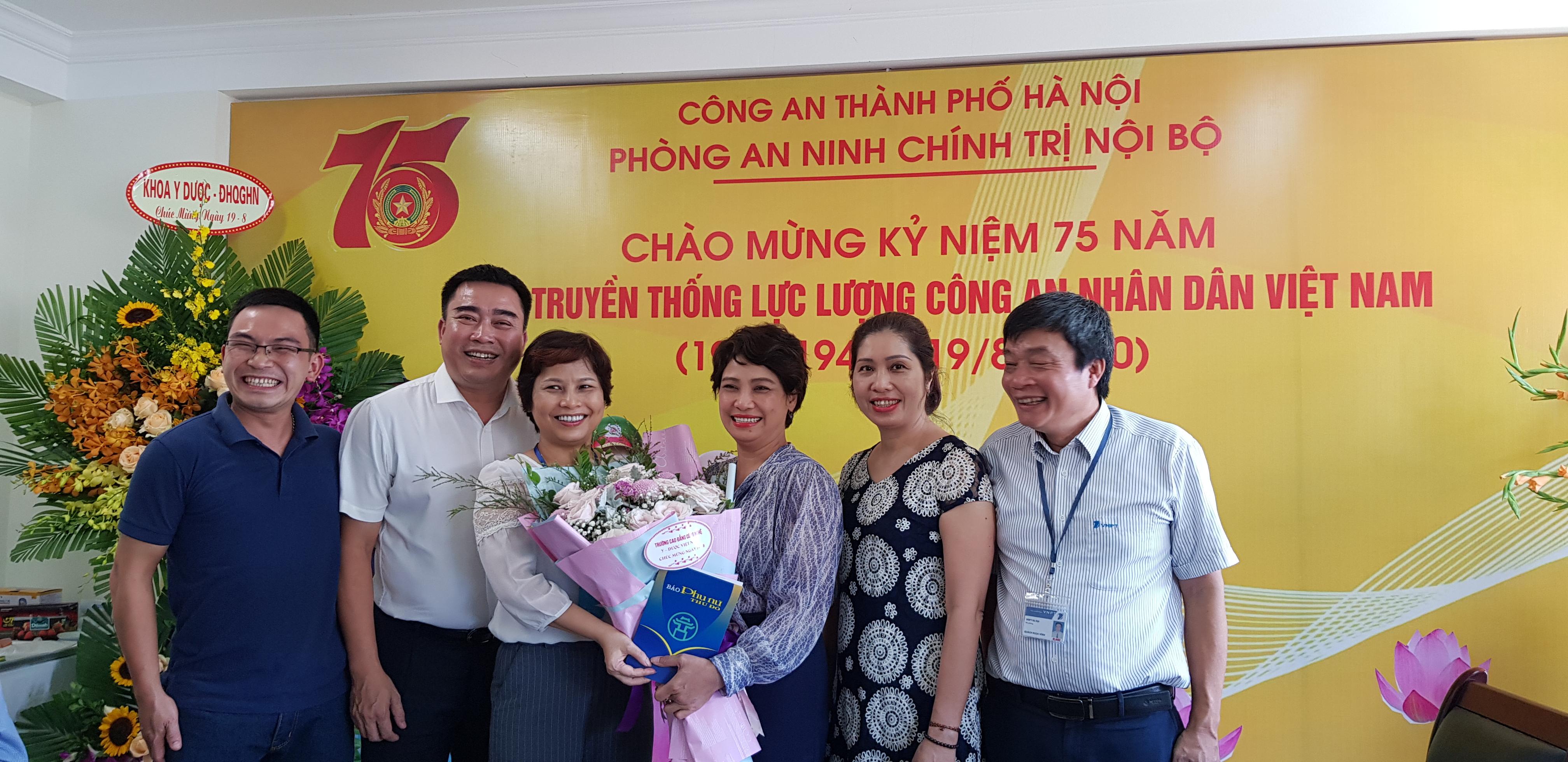 Ban Biên tập Báo Phụ nữ Thủ đô chúc mừng lãnh đạo và chiến sỹ Phòng An ninh Chính trị nội bộ (Công an nhân dân thành phố Hà Nội).