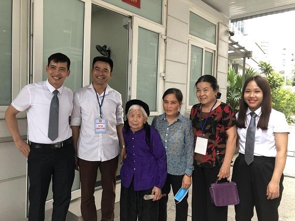 Bà Chãi (giữa)  và con dâu (bên phải) cùng gia đình và luật sư bào chữa vui mừng khi chị Ngân được hưởng án treo