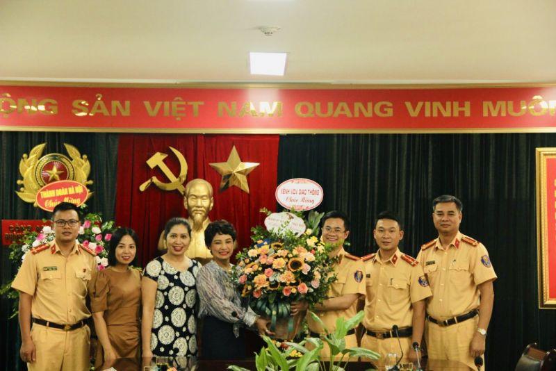 Ban Biên tập Báo Phụ nữ Thủ đô chúc mừng lãnh đạo và chiến sỹ Phòng Cảnh sát Giao thông (Công an nhân dân thành phố Hà Nội).