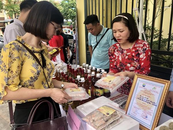Người tiêu dùng mua sản phẩm OCOP tại hội chợ giới thiệu sản phẩm OCOP