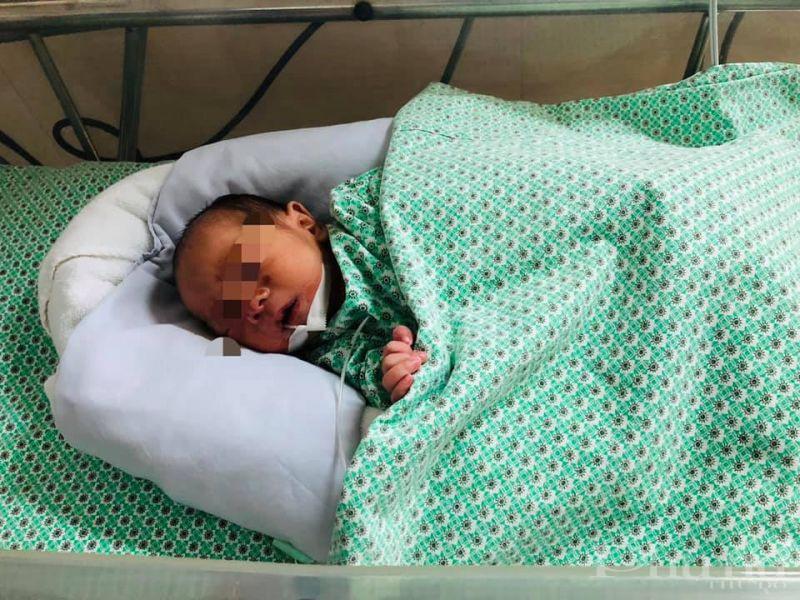Em bé bị bỏ rơi ở Gia Lâm đang được điều trị, chăm sóc tích cực tại BV Đa khoa Xanh Pôn.