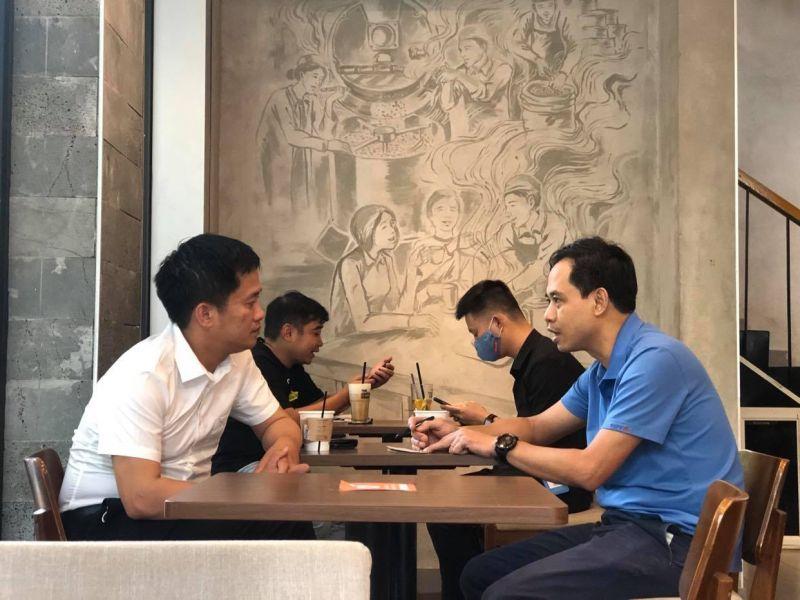 Các hàng quán ăn sáng vỉa hè vẫn hoạt động mà khách hàng không đeo khẩu trang và không thực hiện giãn cách chỗ ngồi đảm bảo tối thiểu 1m.