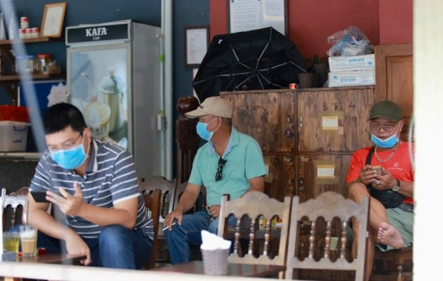 Khách đến uống cà phê tuân thủ việc đeo khẩu trang để bảo vệ chính mình và cộng đồng