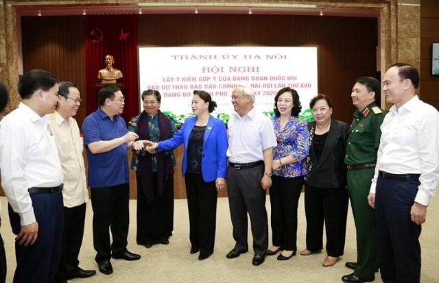 Chủ tịch Quốc hội Nguyễn Thị Kim Ngân và các đồng chí trong Đảng đoàn Quốc hội trò chuyện với các đồng chí Thường trực Thành ủy Hà Nội.