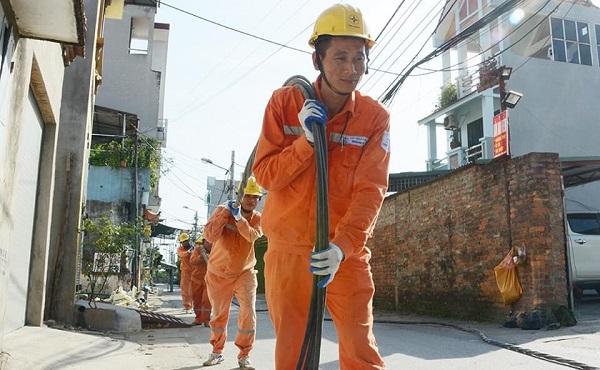 Công nhân quản lý và vận hành thuộc Công ty điện lực Hà Đông