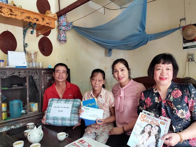 Các thành viên trong Đoàn công tác của báo Phụ nữ Thủ đô mong muốn và chúc gia đình bà Bích nhiều sức khỏe , cố gắng vượt qua khó khăn để sống vui sống có ích và tham gia vào các hoạt động xã hội tại địa phương