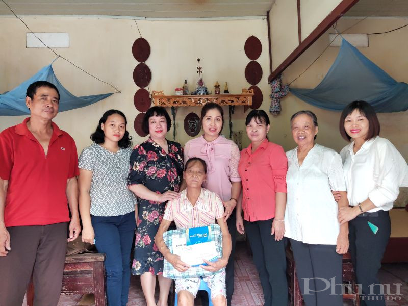 Báo Phụ nữ Thủ đô đã  tặng quà và số tiền 10 triệu đồng từ Quỹ Vì Phụ nữ và trẻ em hoạn nạn cho bà Ngô Thị Bích