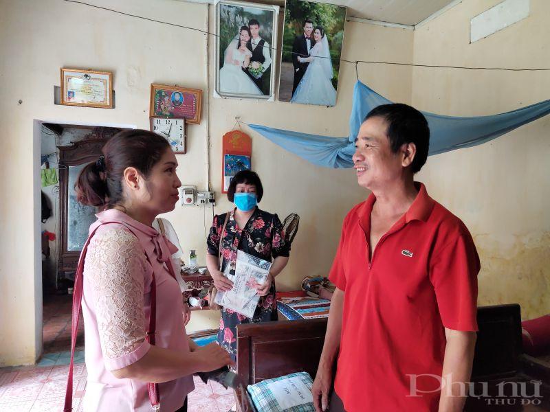 Ông Nguyễn Đức Vui chồng bà Bích cảm ơn sự quan tâm giúp đỡ của Báo Phụ nữ Thủ đô đã dành tình cảm đặc biệt với gia đình